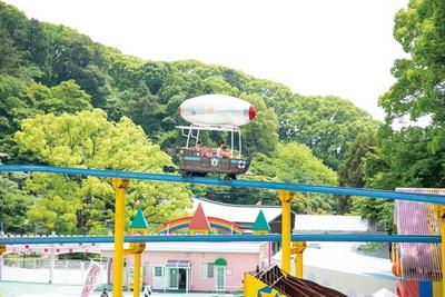 【写真を見る】地上8mからの眺めが爽快な「スカイシップ」(400円、1歳以下無料) / だざいふ遊園地