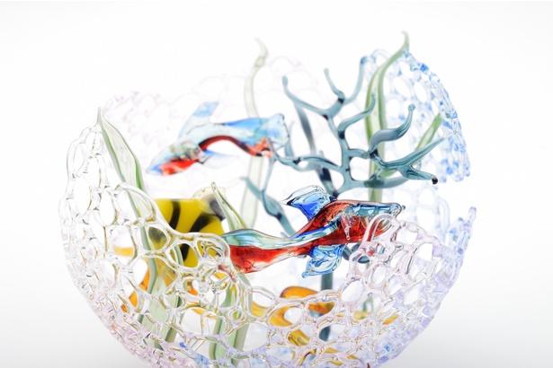 【写真を見る】水族館をテーマに繊細なガラス作品が並ぶ
