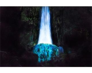 かみさまの御前なる岩に憑依する滝 / Universe of Water Particles on a Sacred Rock