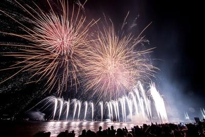 連続スターマインをはじめ、水面に映り込む花火に注目を/芦屋サマーカーニバル
