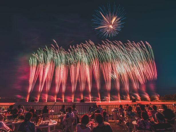 【写真を見る】至近距離から打ち上がる花火が、空一面をまるで昼のように明るく照らす/芦屋サマーカーニバル