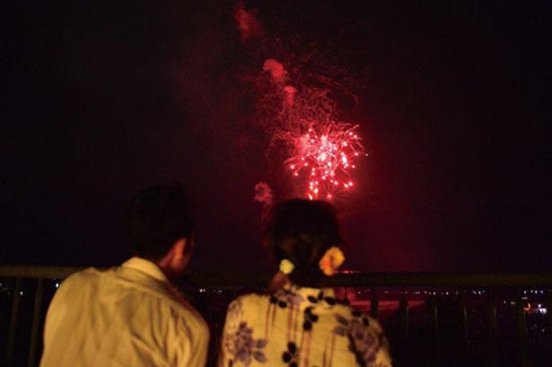 【写真を見る】橋上観覧エリアがある関西唯一の花火大会。花火で輝く保津川の水面にも注目して観覧を/亀岡平和祭保津川市民花火大会