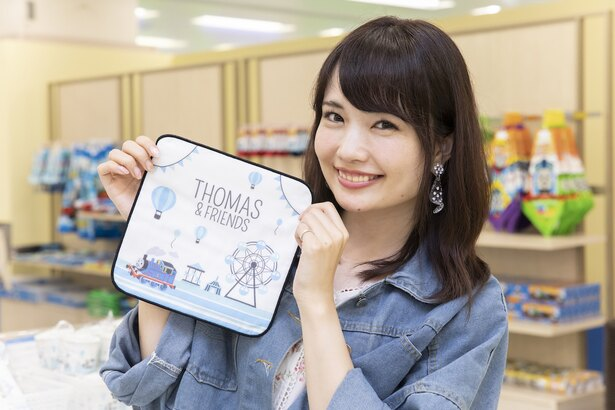「大人の私も十分楽しめました」と浅井さん。彼女が手にしているのはイベント限定「ガーゼタオル」(税抜700円)