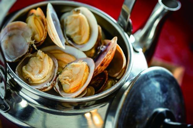 【写真を見る】あさりのやかん蒸し(842円)。昆布やカツオなどを独自にブレンドしたダシで貝の旨味を引き出す/魚と焼 参五八