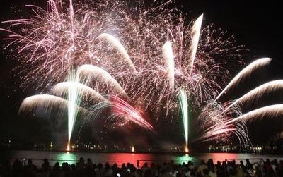 第65回 宇部市花火大会 / 光と音の競演!1万1千発が宇部港を照らす
