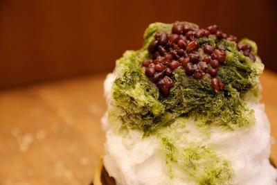 「宇治金時」にはくず餅乳酸菌入りの抹茶シロップを使用。冷たいのにお腹に優しい。つぶあんの小豆は約30gで追加トッピングは+150円
