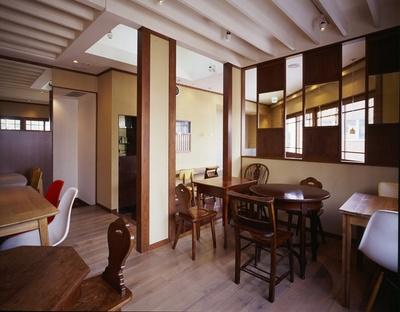 2階は和カフェに。くず餅をはじめとしたスイーツのほか、「日替わりお惣菜御膳」1,190円などランチメニューも揃う
