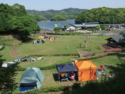 【写真を見る】 ふれあい自然塾 ひぜんキャンプ場 / サイトは棚田状で、最上部が最も景色がいい