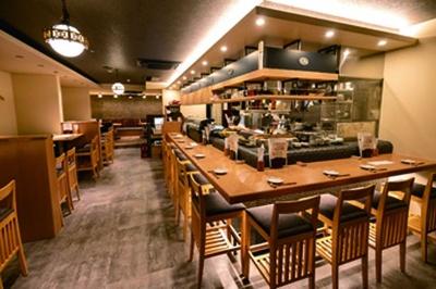カウンター席とテーブル席がある和モダンな店内。飲み放題は日本酒以外に甘酒カクテルや焼酎も/日本酒×発酵 八光(はちみつ)