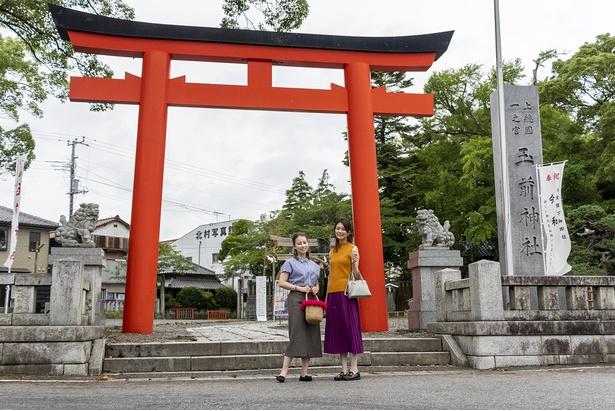 真東を向いた一の鳥居の前にて。神社は富士山頂、出雲大社などを結ぶレイライン上で最も東に位置し、関東でも屈指のパワースポットとしても有名
