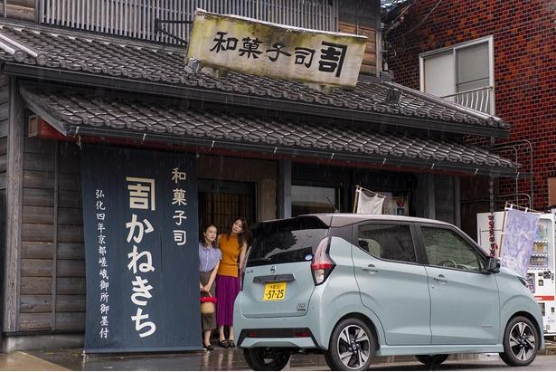 瓦屋根が目を引くお店は、趣もたっぷり。玉前神社からは歩いてもすぐ