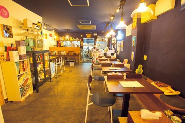 【写真を見る】広々とした店内にはテーブル席が充実。店主が趣味で集めているおもちゃの棚もおもしろい/SAPPORO SOUP CURRY JACK