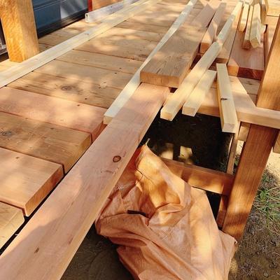 木製の縁側は木のぬくもりが感じられる