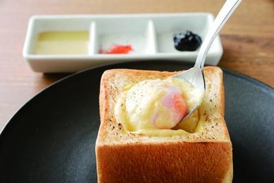 【写真を見る】中に温泉卵を忍ばせた4種のチーズトースト(550円)も人気。岩海苔、七味、ハチミツをお好みで/HANAZONO CAFE