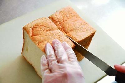 小ぶりながら極厚の食パンは1斤の半分を使用。立方体に近いフォルムが特徴的/HANAZONO CAFE
