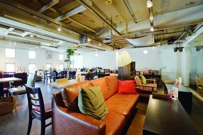 ゆったりとくつろげる、広々とした店内。8~16人で貸切にできるスペースもあり/HANAZONO CAFE