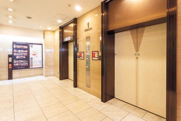 百貨店北西角に近い西エレベーターAがおすすめ。すぐ目の前にある宝くじ売場が目印。8階に着くと受付に最短距離で行ける/大阪タカシマヤ 屋上ビアガーデン