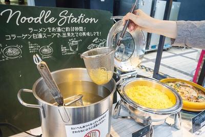 麺を10秒ほどお湯につけて、その後は自分で湯切りするセルフスタイルで子供にも大人気/大阪タカシマヤ 屋上ビアガーデン