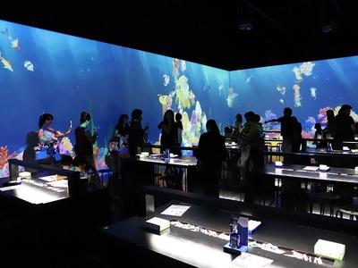 来場者が描いた魚たちが泳ぐ「お絵かき水族館」