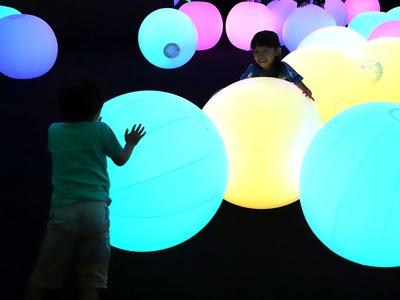 ボールを転がすと色や音が変化する「光のボールでオーケストラ」