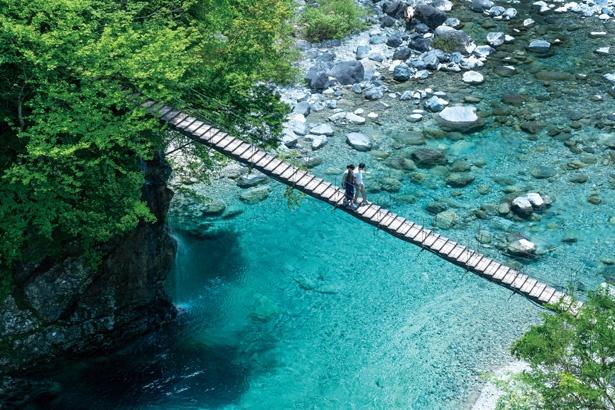 付知峡にある食事処「峡」にかかる、やじろ橋を上から撮影したもの。川底まで透き通る青川の美しさに感動してしまう/ 「付知峡(つけちきょう)」(岐阜県中津川市)