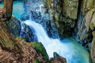 付知峡の名所の一つ、不動滝。晴天時は虹がかかることもある。不動公園内の散策コースは1周約40分 / 「付知峡(つけちきょう)」(岐阜県中津川市)