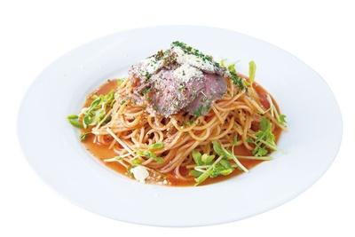 カフェレストラン スノーポット / ローストビーフがのった贅沢な「冷製トマトソースパスタ」(1080円)。プラス200円でドリンクもセットに