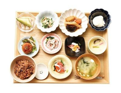 ネムノキ茶屋 / 「ねむのきランチ」(1620円)。食材は季節で替わり、ご飯は温泉ねかせ玄米か白米が選べる