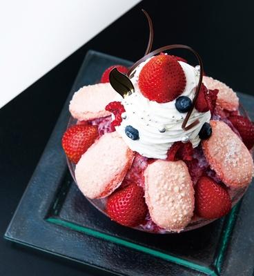ビスキュイのピンクとイチゴの赤が鮮やか。生クリームを食べると、中からアイスクリームが登場する。「シャルロット フリュイ ルージュ」(2106円)/「シェ・シバタ 名古屋」