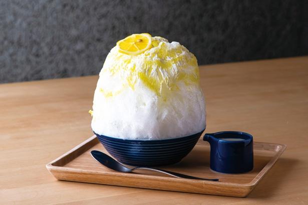 ハチミツと砂糖で漬けたレモンをトッピング! 安全な国産レモンは皮ごと食べてOK「レモンオリーブヨーグルト (ミルク付き)」(1100円)/「shizuku」
