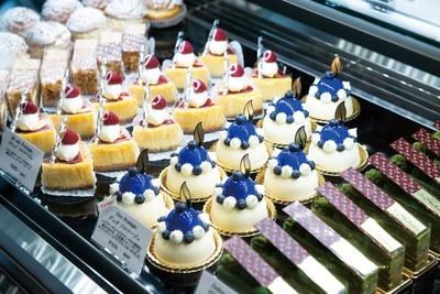 海外に10店舗以上展開する「シェ・シバタ」には色鮮やかなケーキがショーケースに並ぶ/「シェ・シバタ 名古屋」