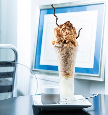 仕上げのココアパウダーは、アイリッシュモルトの香りを引き立ててくれる「ミルクティーカキ氷(アイリッシュモルト) タピオカ付き」(1250円)/「ロンネフェルトティーブティック名古屋」