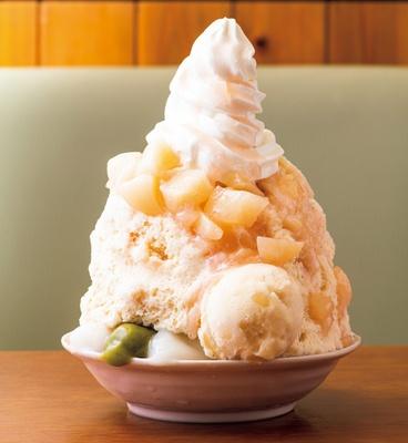 ソフトクリームと大きくカットされた桃がボリューム満点「ピーチソフトミルク」(1200円)/「古今茶家」