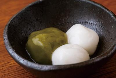 トッピングの白玉団子は冷えていても硬くならず、モチモチとした食感をキープ/「古今茶家」