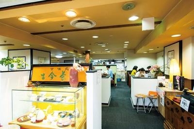 甘味のほか、茶そば、湯葉、サラダ、季節のご飯、ドリンクなどが付くランチ(1000円)も人気/「古今茶家」