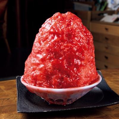 白い氷が見えないほどに、イチゴシロップがまんべんなくたっぷりとかけられている「摘みたていちご」(950円)/「尼ケ坂サロン」
