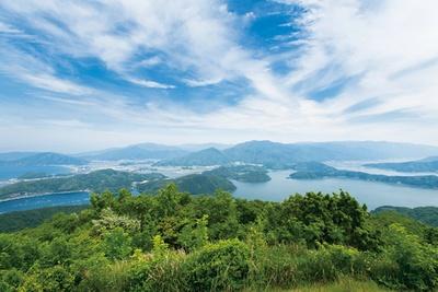 山頂公園からの眺め。塩分濃度や水深の違いによって湖の色が異なる / 三方五湖レインボーライン