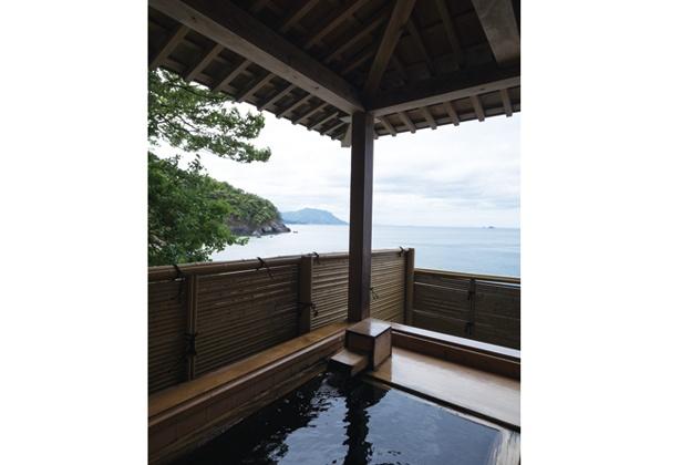 海を眺めながらの湯あみは格別。ヒノキの露天風呂は1組ずつ貸し切り(無料)で利用できる / 海香の宿 波華楼