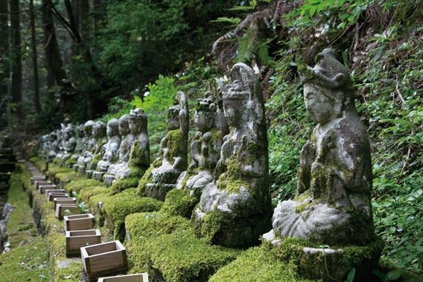 佐渡の石工が刻んだ88体の石仏。四国八十八ヶ所の参拝と同じ功徳があるとか / 瓜割の滝