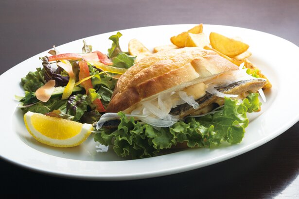 「サバサンド」(1080円)のマヨネーズソースは若狭の調味料、柑(かん)なんばが隠し味。たっぷりの野菜と共に / Saba*Cafe