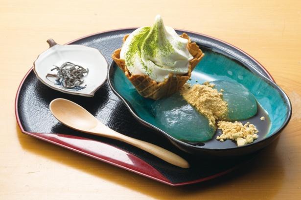 口当たりなめらかな葛ソフトクリームをトッピングした「葛もちパフェ」(700円) / 葛と鯖寿しの店 まる志ん