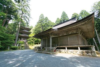 手前の本堂、奥の三重塔は鎌倉時代の建築で、質実剛健を特徴としている / 明通寺