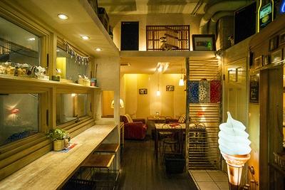 カウンター、ソファ席もある奥の空間など、コーナーごとに趣が異なる「Lu's CAFE」。友人のアーチストたちから寄せられた手作りのインテリアが随所に