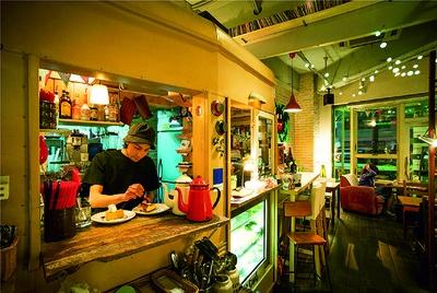 「西口の喧騒から少し離れてゆっくりしていただけたら」と、パティシエでオーナーの長谷川 誠さん