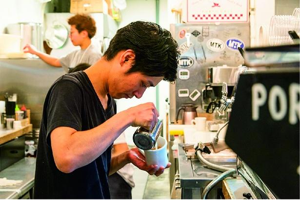 スペシャルティコーヒー の豆を使用。店長の松谷明紀さん(写真)ほか、バリスタがいれる香り高い 一杯を!