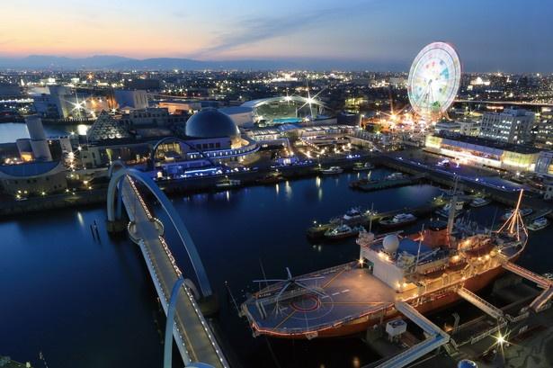 【写真を見る】名古屋港シートレインランドの観覧車、南極観測船ふじが美しい夜の港を演出してくれる/「名古屋港ポートビル 展望室」