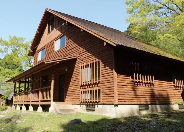 牧の原キャンプ場 / 2階建てで50人収容できる山小屋。1泊20000円
