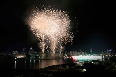【写真を見る】新潟の夜空を彩るスターマインの大輪