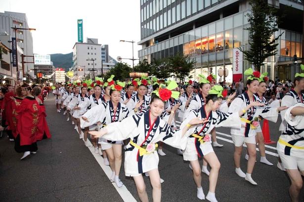 【写真を見る】長野駅から善光寺の間を「びんずる踊り」で踊り流す