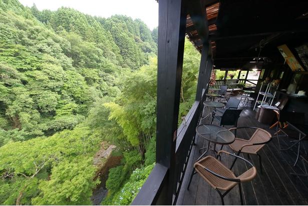 【写真を見る】あまてらすの隠れcafé / テラス席からは岩戸渓谷の絶景が楽しめる。通り抜ける風が心地よい空間だ